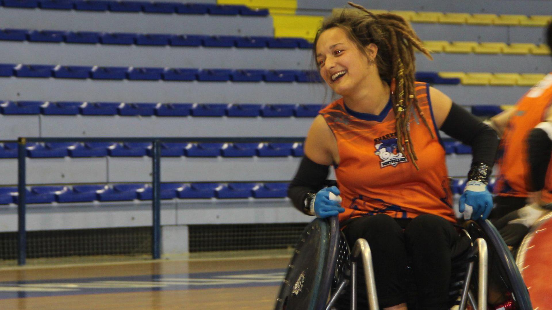 Camille Kerneguez, tantôt débout, tantôt en fauteuil