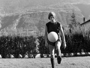 En 1965, à 12 ans, Madeleine Boll devient la première footballeuse licenciée de Suisse (archives). KEYSTONE/PHOTOPRESS-ARCHIV