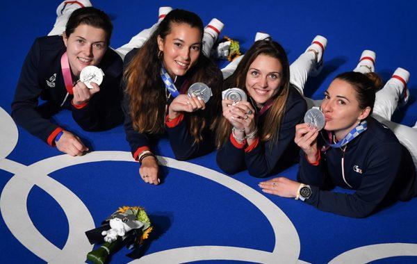 L'équipe de France de sabre féminin en argent aux Jeux de Tokyo