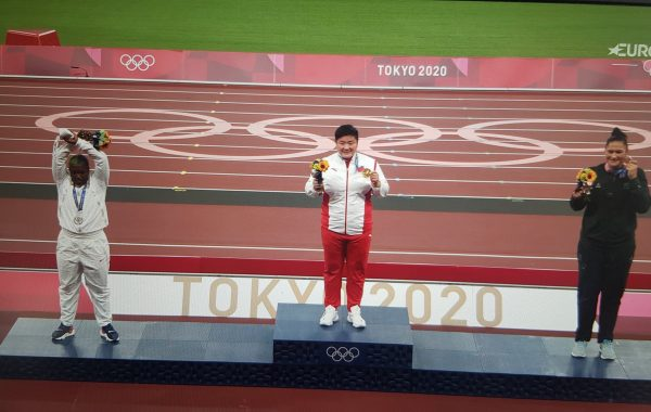 Raven Saunders s'est faite remarquer sur le podium des Jeux Olympiques