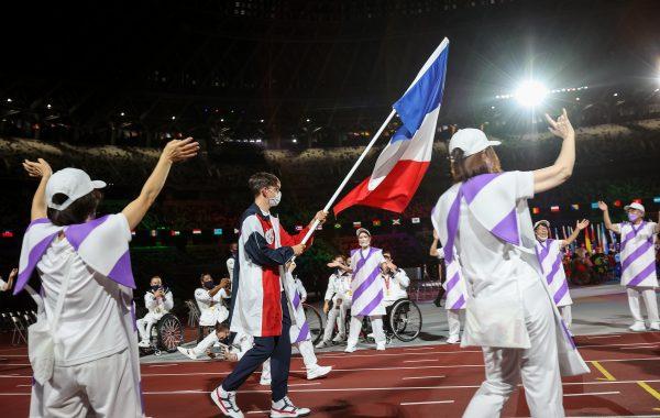 Alexandre Léauté, porte-drapeau de la France lors la clotûre des Jeux paralympiques de Tokyo.