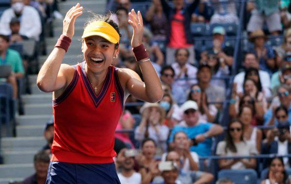 Emma Raducanu se qualifie pour les demi-finales de l'US Open.
